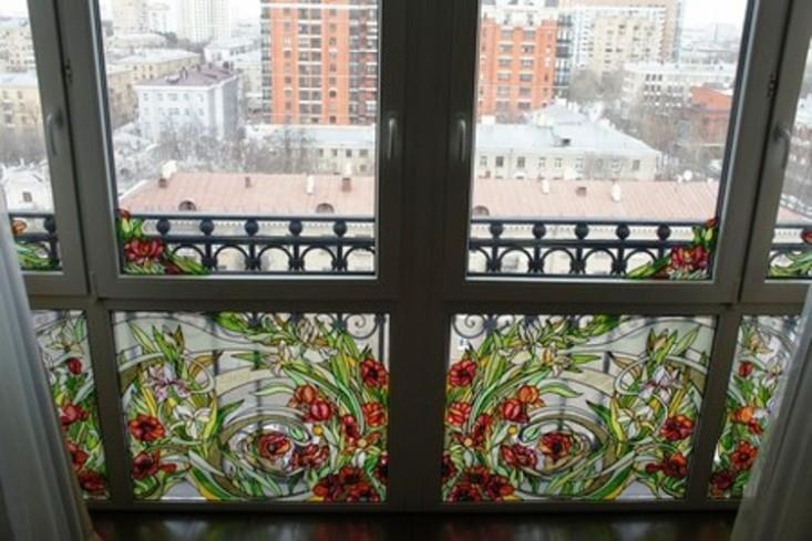 Балкон с витражным остеклением как украсить фото.